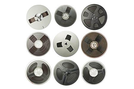 Různé typy cívek s magnetofonovou páskou